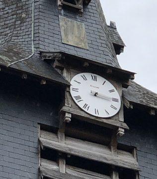 L'horloge du clocher …….